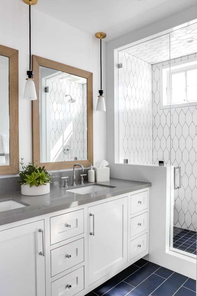 Banheiro com azulejos brancos em formato de colmeia