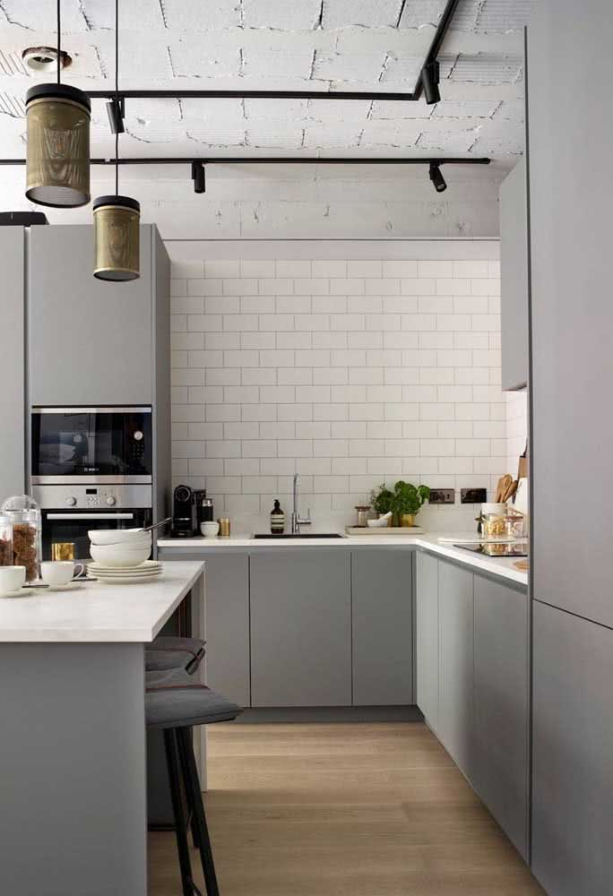 Azulejo branco retangular na cozinha moderna e clean