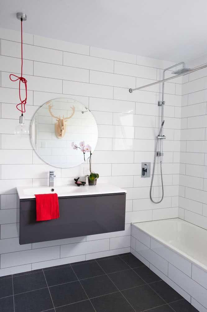 Azulejo branco quadrado para um banheiro simples, mas cheio de estilo