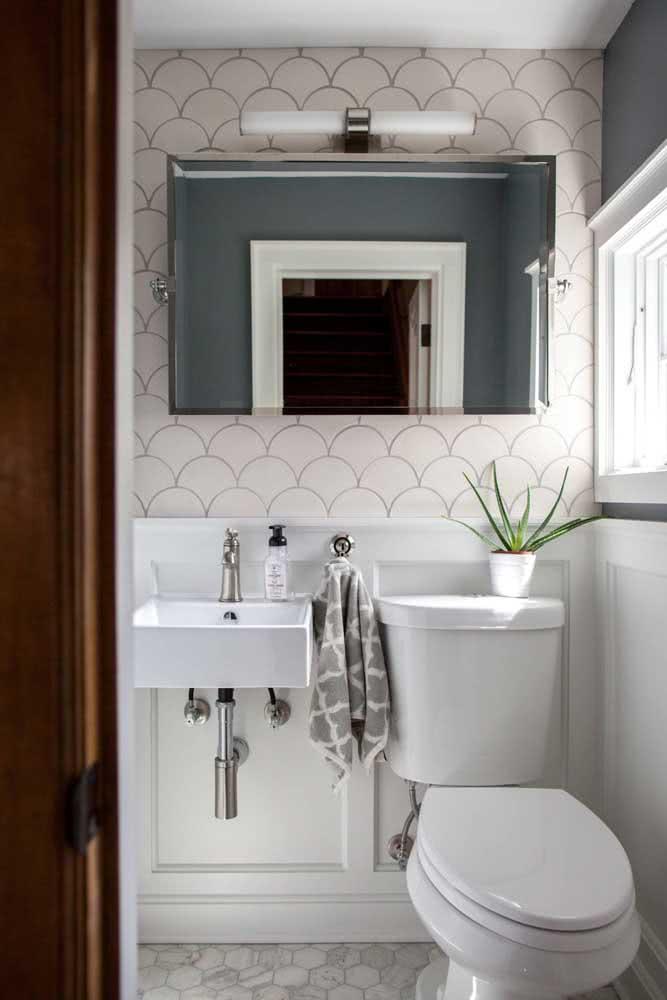 Azulejo branco para o banheiro. Um revestimento que nunca sai de moda e está sempre ganhando novas versões