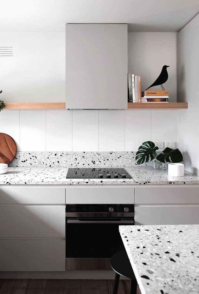 Azulejo branco para cozinha combinando com a bancada de granilite