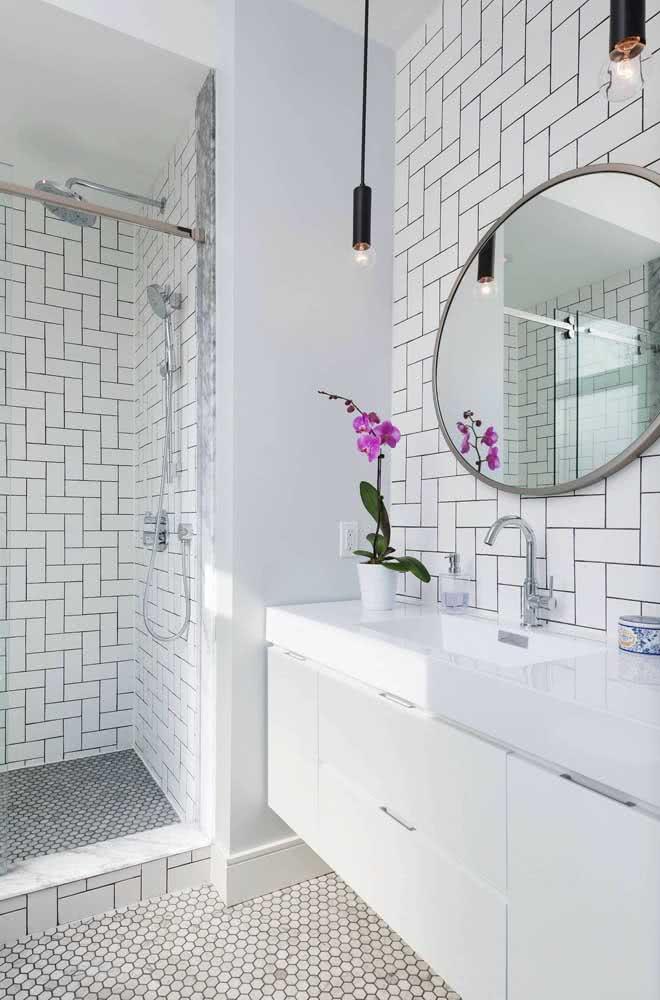 Azulejo branco para banheiro com paginação escama de peixe. Para combinar, um piso de pastilhas brancas hexagonais