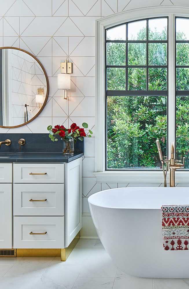 Azulejo branco para um banheiro clássico e super elegante