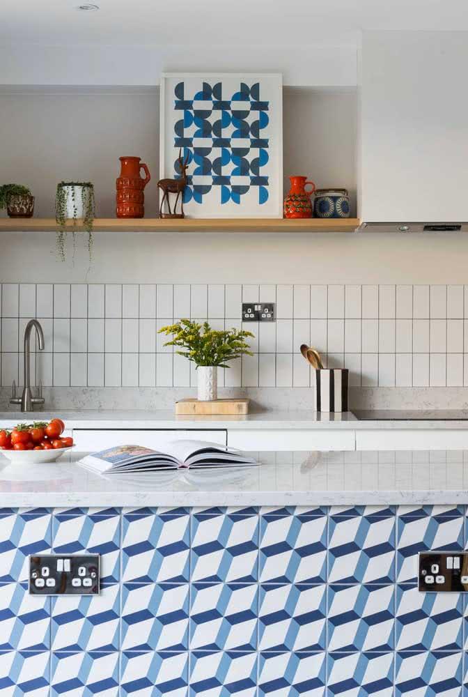 Azulejo branco para a área molhada da pia. A cor neutra permite o uso de outros revestimentos sem criar conflito visual