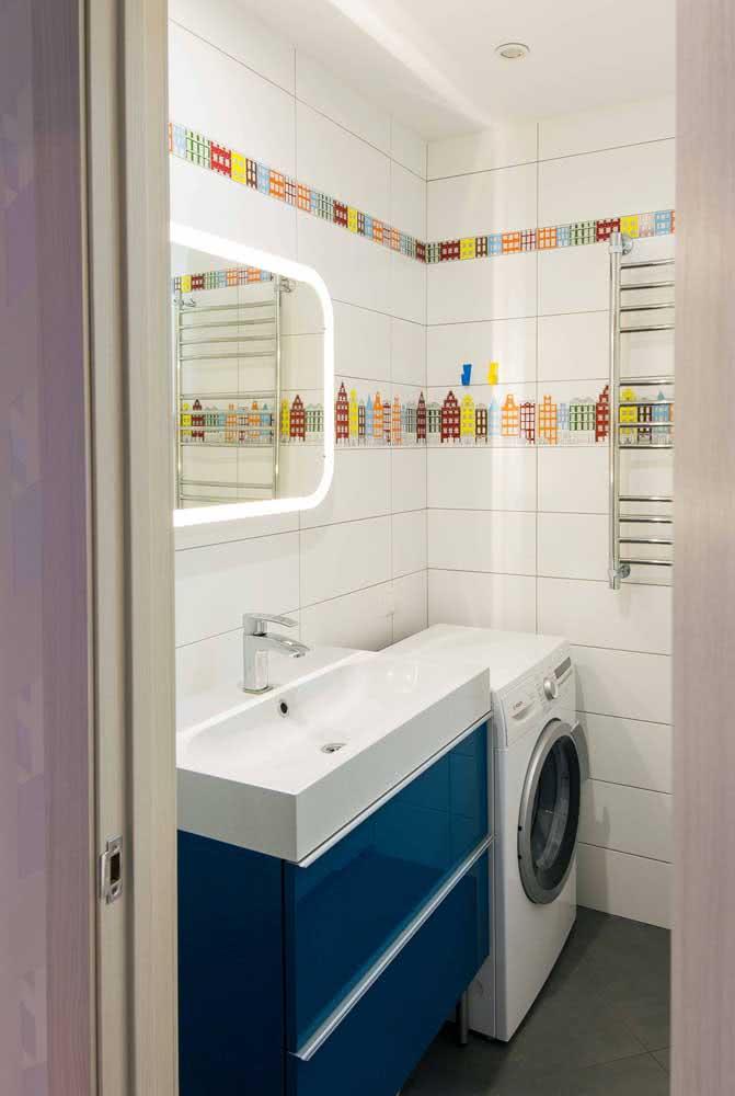O que acha de uma faixa colorida junto do azulejo branco do banheiro?