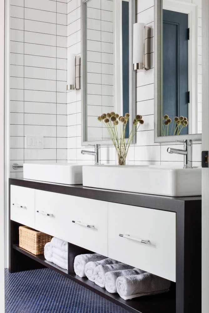 Azulejo de metrô branco para o banheiro em paginação horizontal