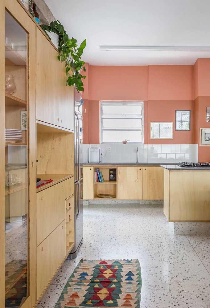 Uma cor quente na parede e uma faixa de azulejos brancos. Sua cozinha está pronta e cheia de estilo