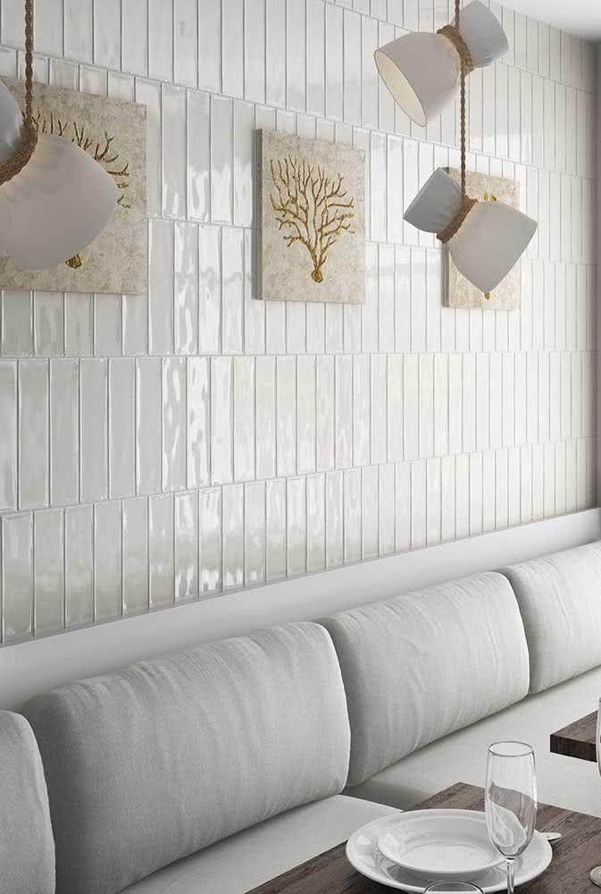Já pensou em usar azulejos brancos na sala de jantar?