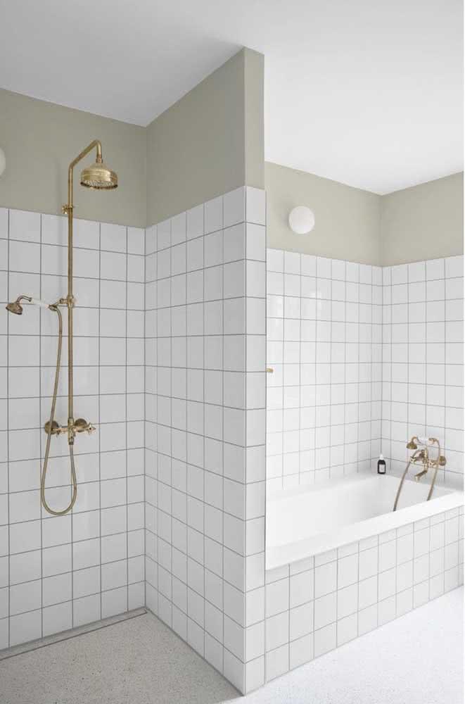 Azulejo branco quadrado no banheiro perfeito para quem ama um estilo retrô