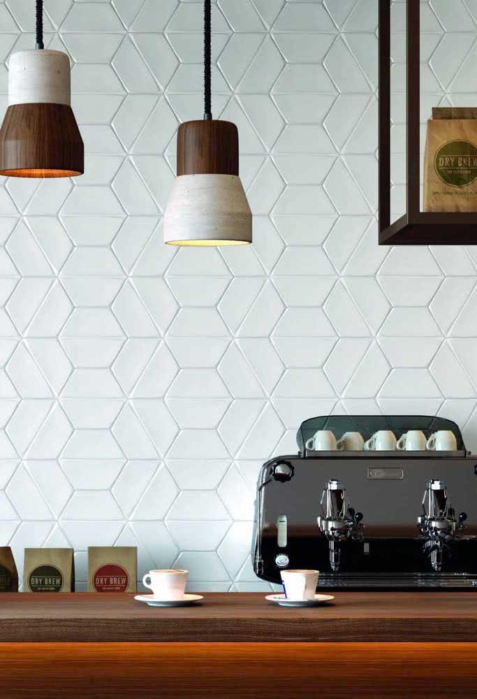 Mesmo neutros, os azulejos brancos conseguem chamar a atenção