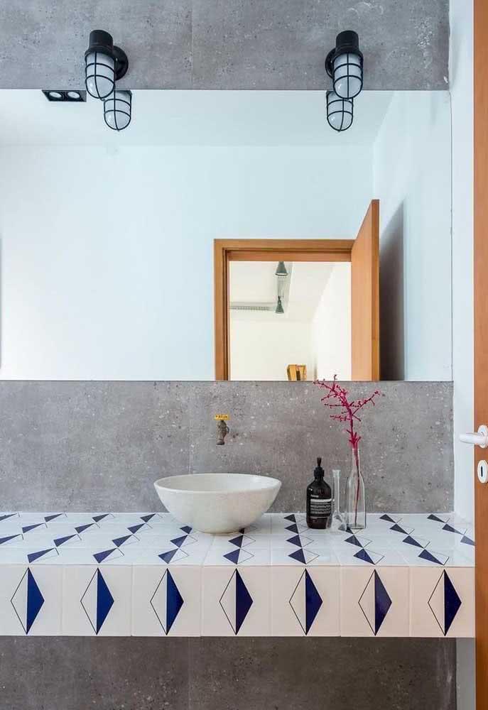 E o que acha de usar azulejo branco e azul na bancada do banheiro? Uma boa opção no lugar da pedra