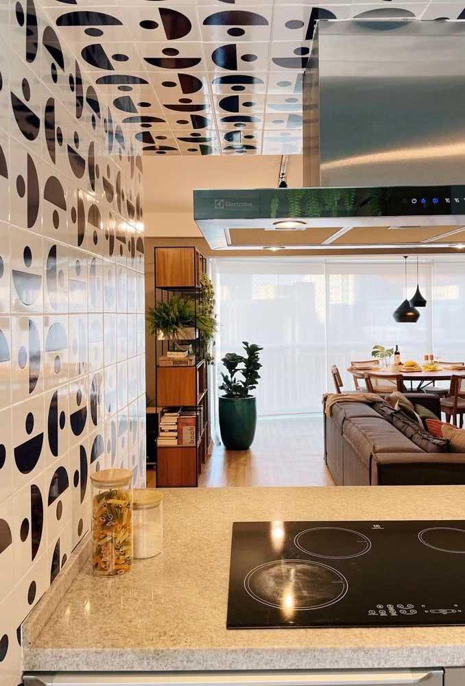 O destaque dessa cozinha é o azulejo branco e preto