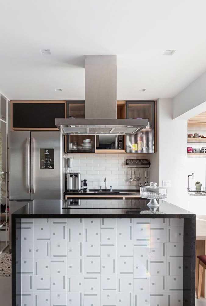 Dois modelos diferentes de azulejo branco para a mesma cozinha