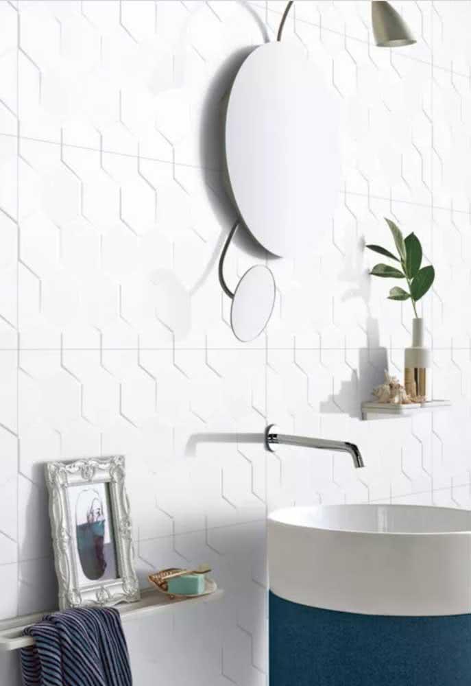 Banheiro clean e moderno com azulejo branco fosco hexagonal