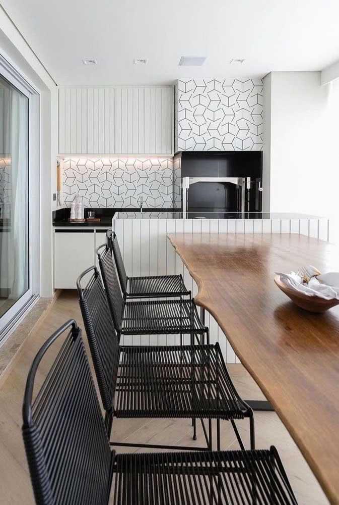Azulejo branco e preto para trazer estilo e praticidade para varanda gourmet