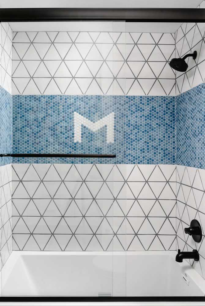 Já aqui nesse banheiro, a dica é usar azulejos brancos com rejunte preto combinados as pastilhas azuis