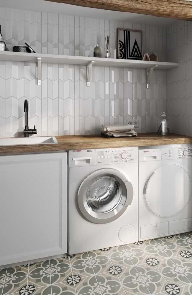 Um toque de brilho no azulejo branco retangular em paginação vertical na cozinha