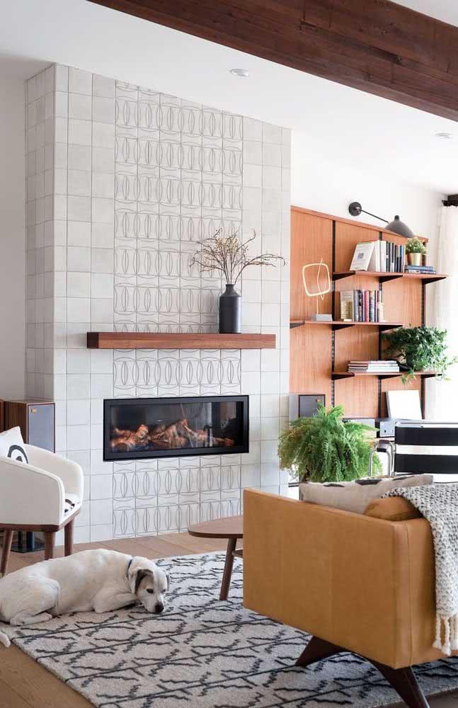 Que tal um azulejo branco para sala destacando a parede da lareira?