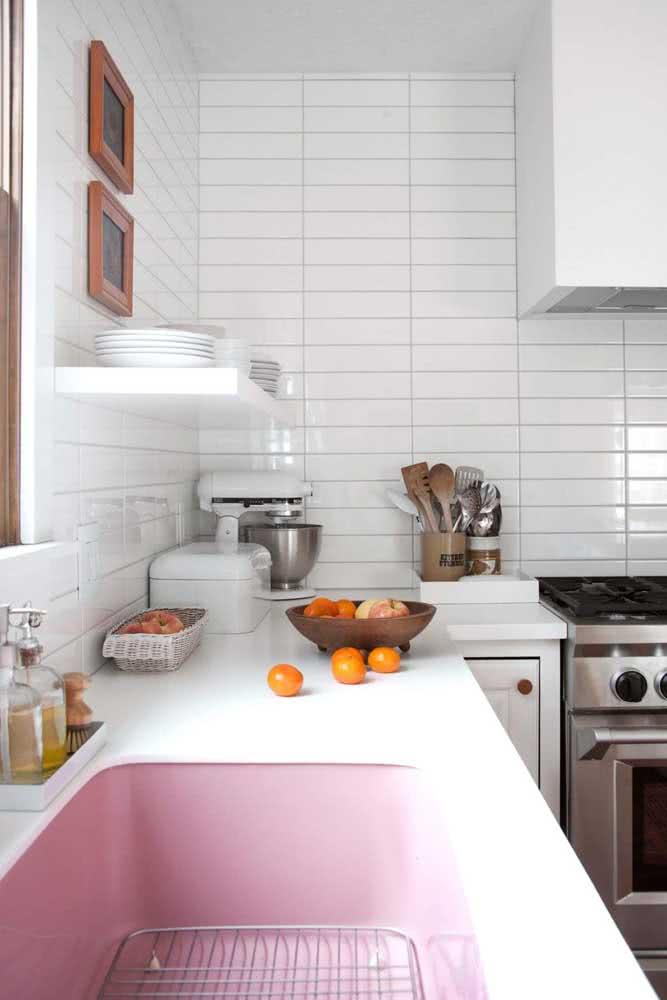 Azulejo branco na cozinha em formato retangular e paginação horizontal