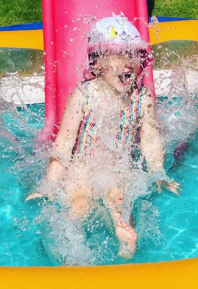 Piscina infantil com escorregador: diversão em dose dupla