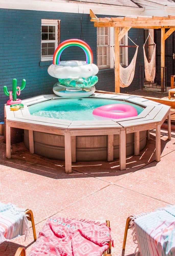 Construa um deck em torno da piscina inflável infantil