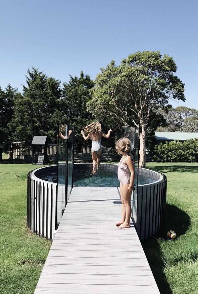 O deck e a escada trazem mais segurança no uso da piscina infantil