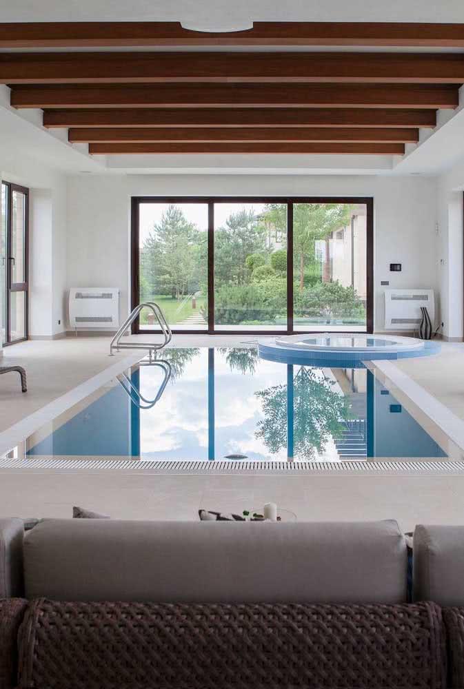 Piscina infantil coberta no mesmo espaço da piscina adulta