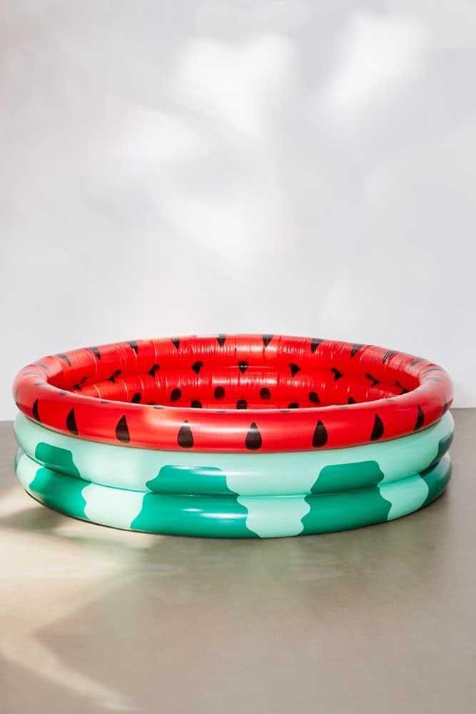 Uma melancia em formato de piscina infantil!