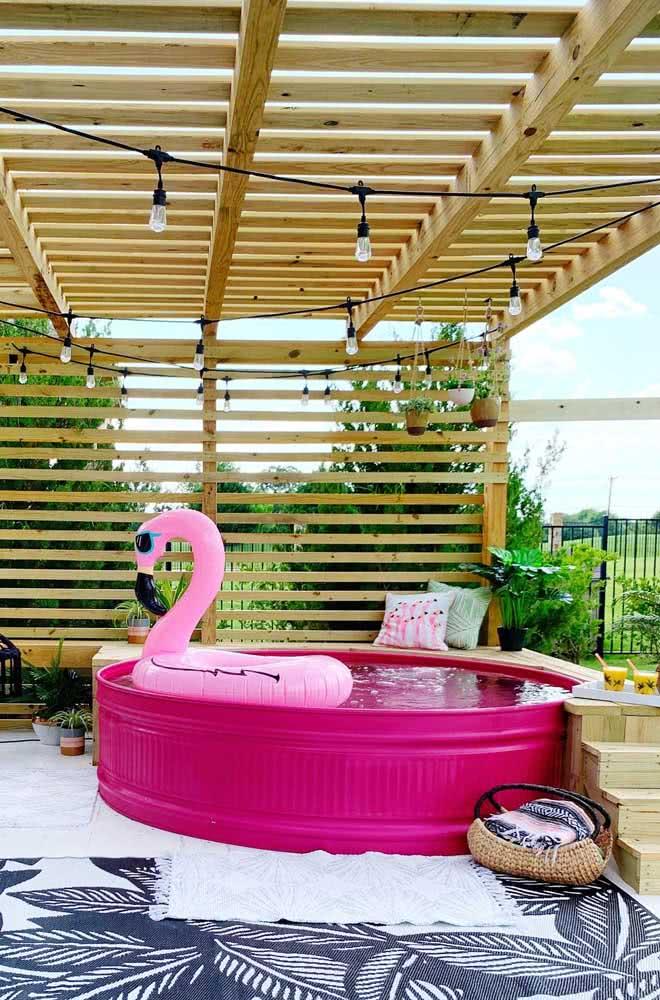 A cobertura do pergolado é perfeita para a piscina infantil