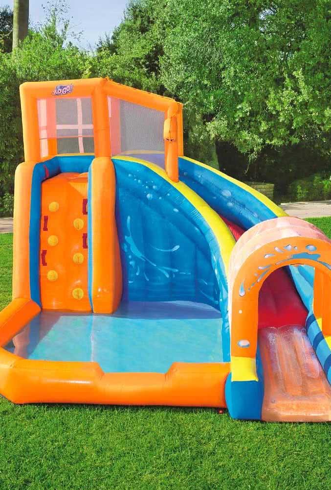 Piscina inflável com escorregador para fazer a alegria da criançada