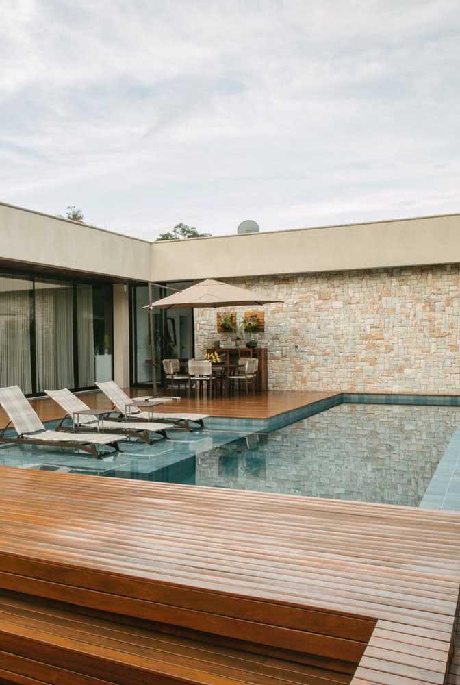 Área externa com deck e piscina