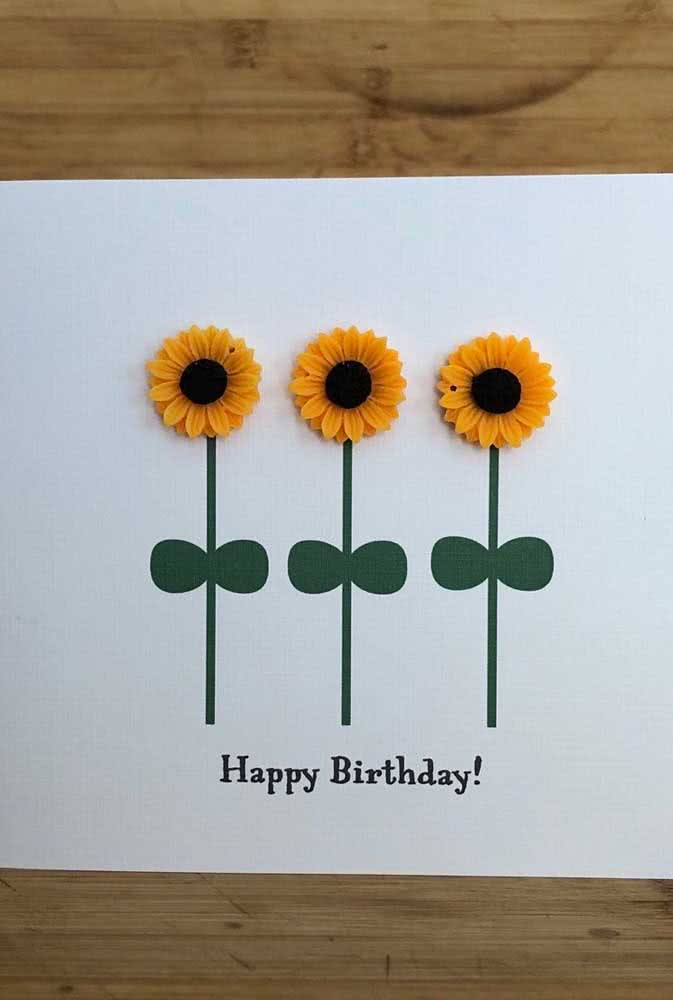 Um cartão de aniversário com flores de girassol de papel é uma boa pedida