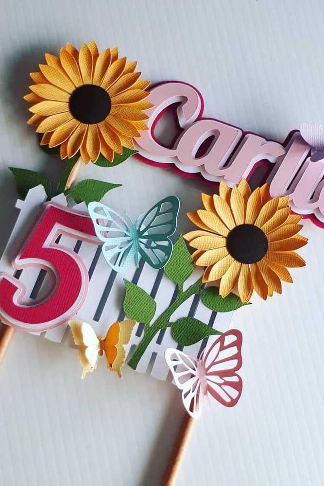 Topo de bolo com flores de girassol de papel