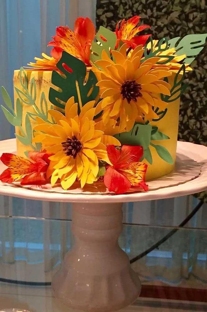 Girassol de papel para bolo: efeito tropical na decoração