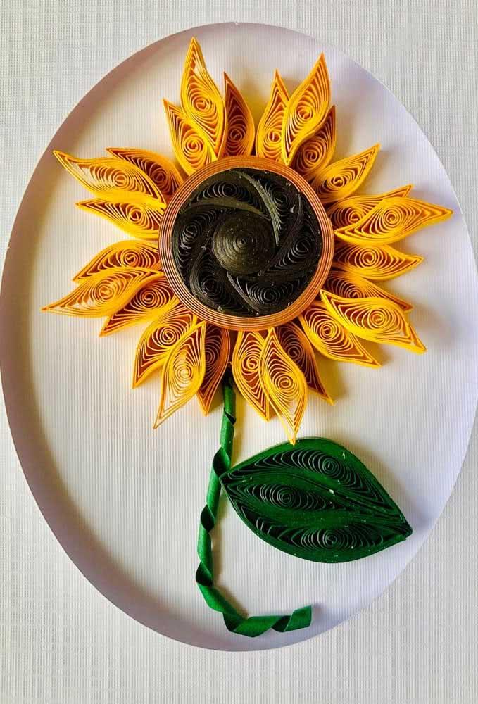 Flor de girassol feita com tiras de papel