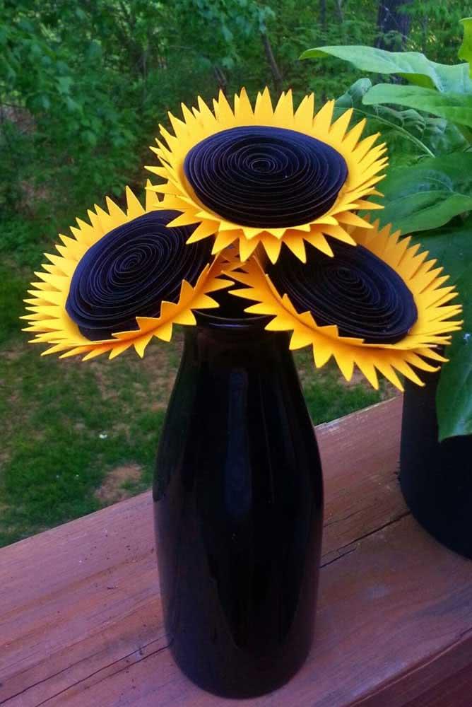 Um arranjo super criativo com flores de girassol de papel