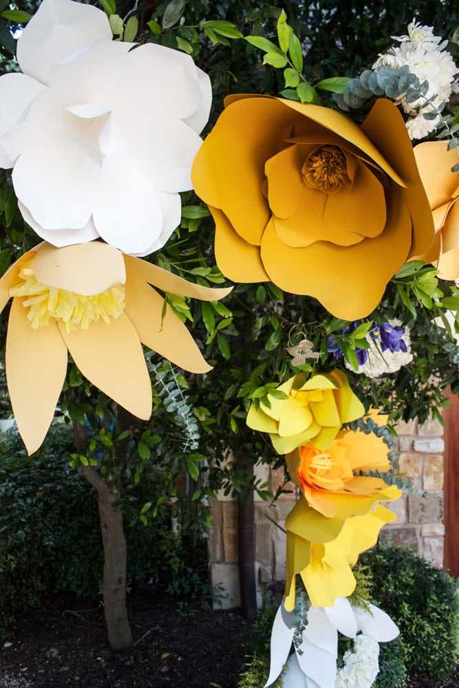 Flores de girassol gigantes decorando o jardim