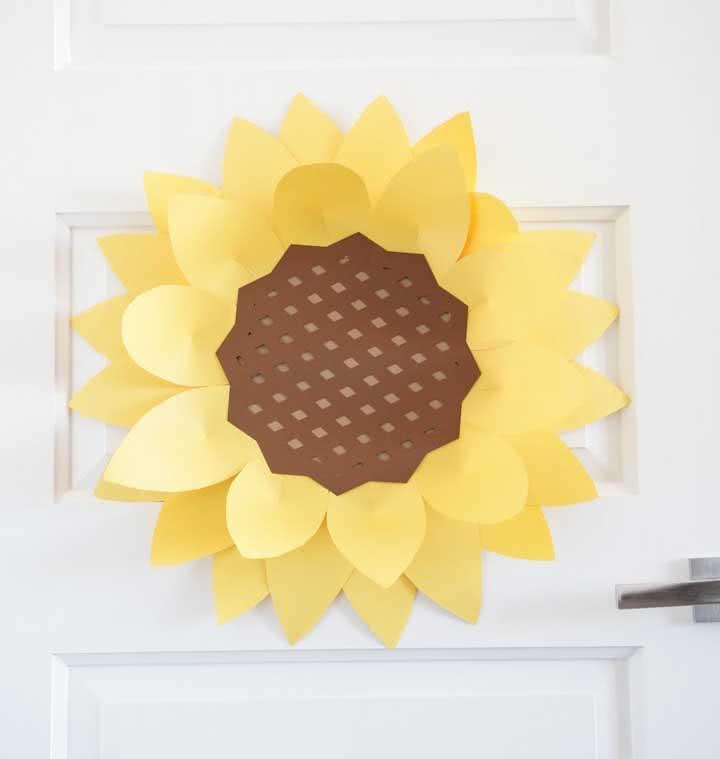 E o que acha de uma flor de girassol gigante na porta de entrada?