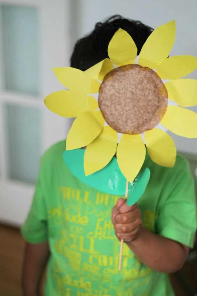 Aproveite as crianças para dar vida as flores de girassol de papel