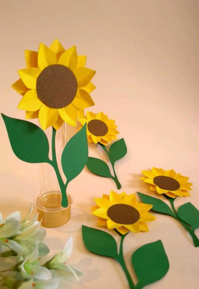 Tubinhos e flores de girassol de papel se transformam em lembrancinhas
