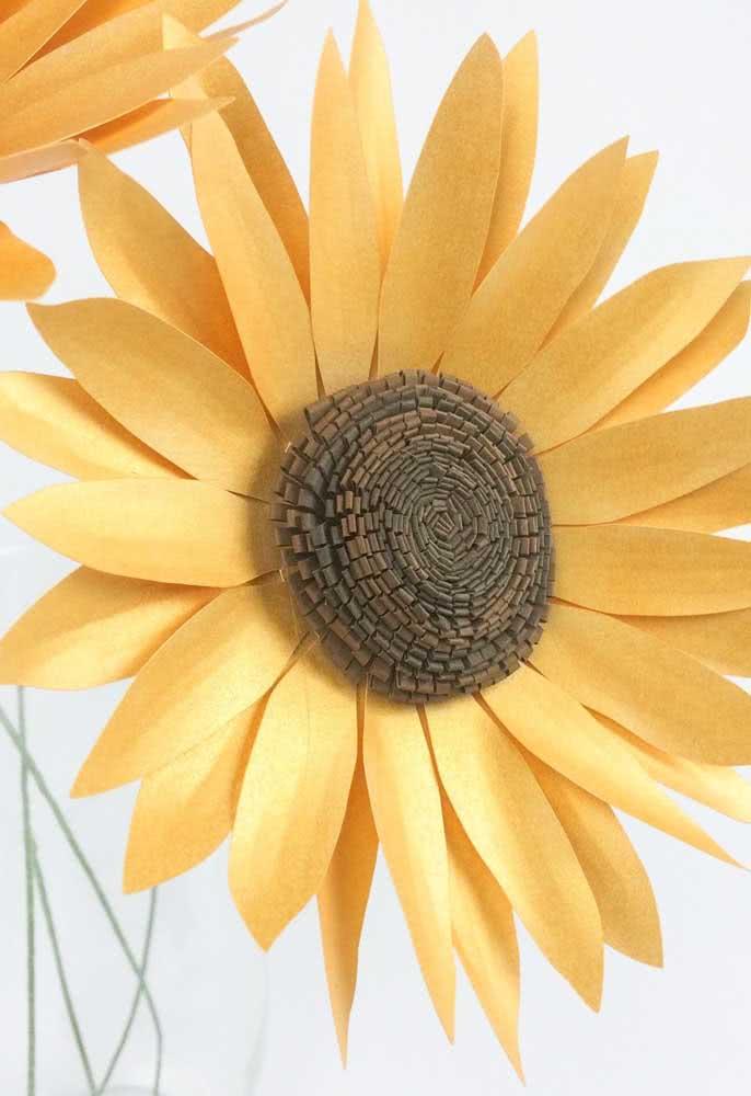 Decoração com flor de girassol de papel que pode ser usada de inúmeras maneiras diferentes