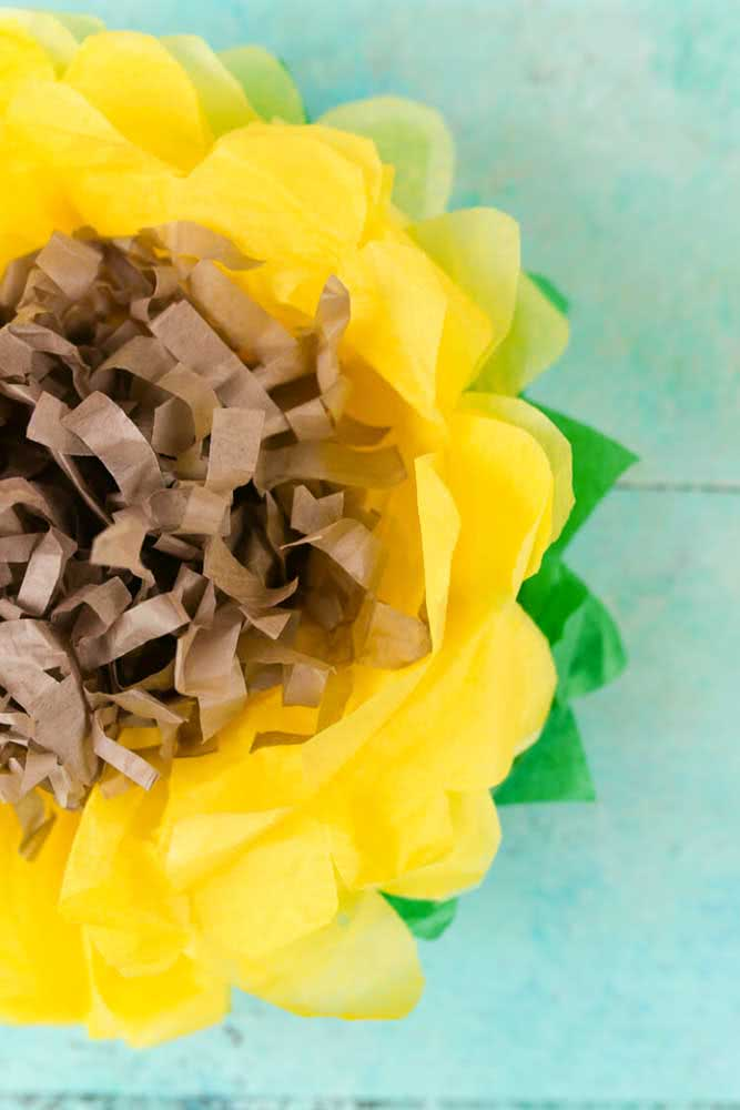 Flor de girassol de papel de seda: delicadamente rústica