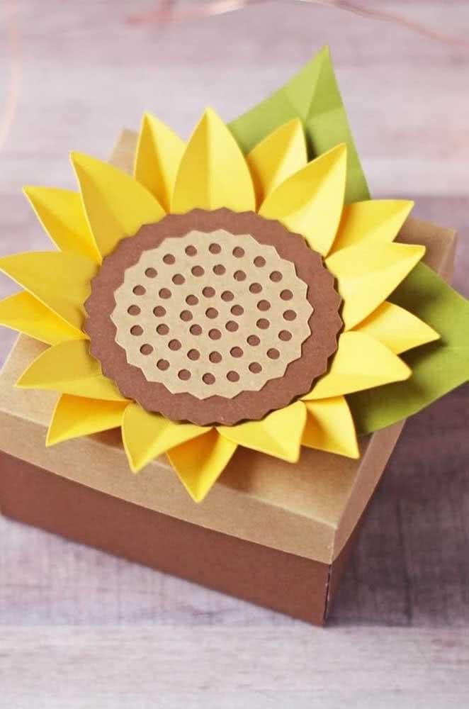 Caixinha de presente decorada com girassol de papel