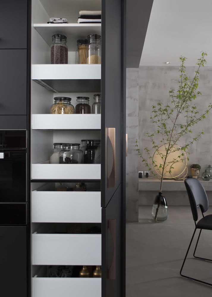 Armário de cozinha planejado e organizado