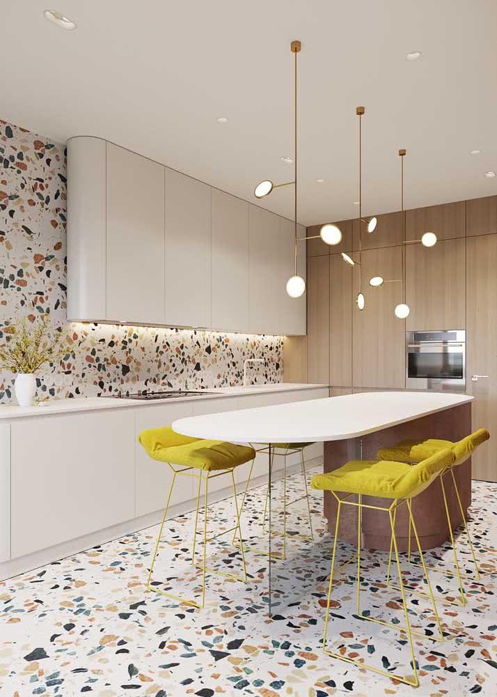 Armário de cozinha branco para destacar o revestimento granilite
