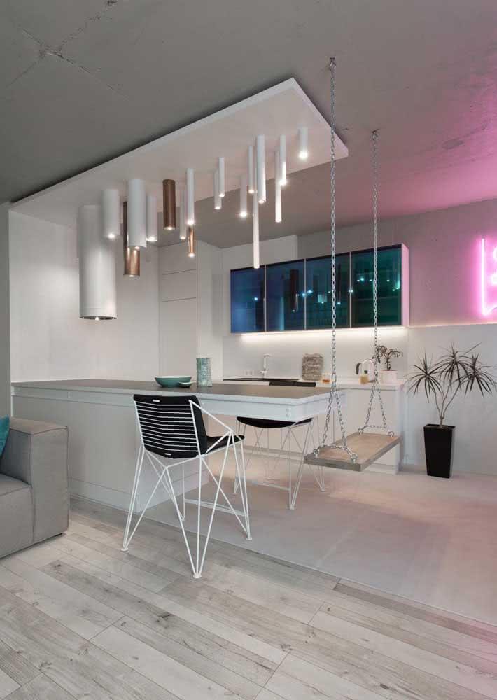 Armário de cozinha simples e pequeno combinando com o ambiente moderno