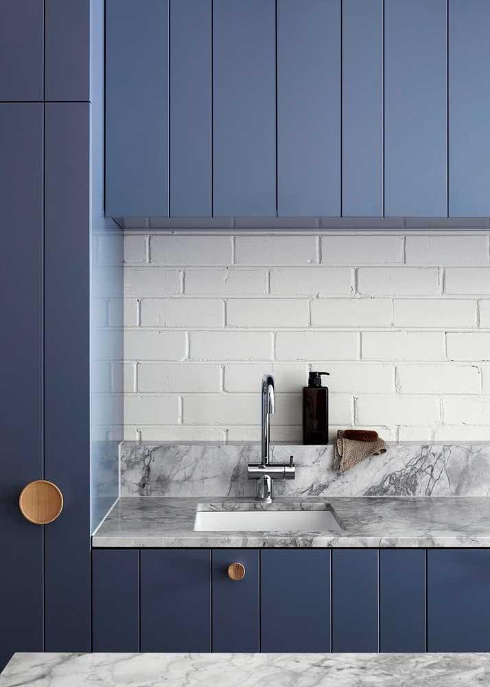 Armário de cozinha azul para diferenciar um pouco
