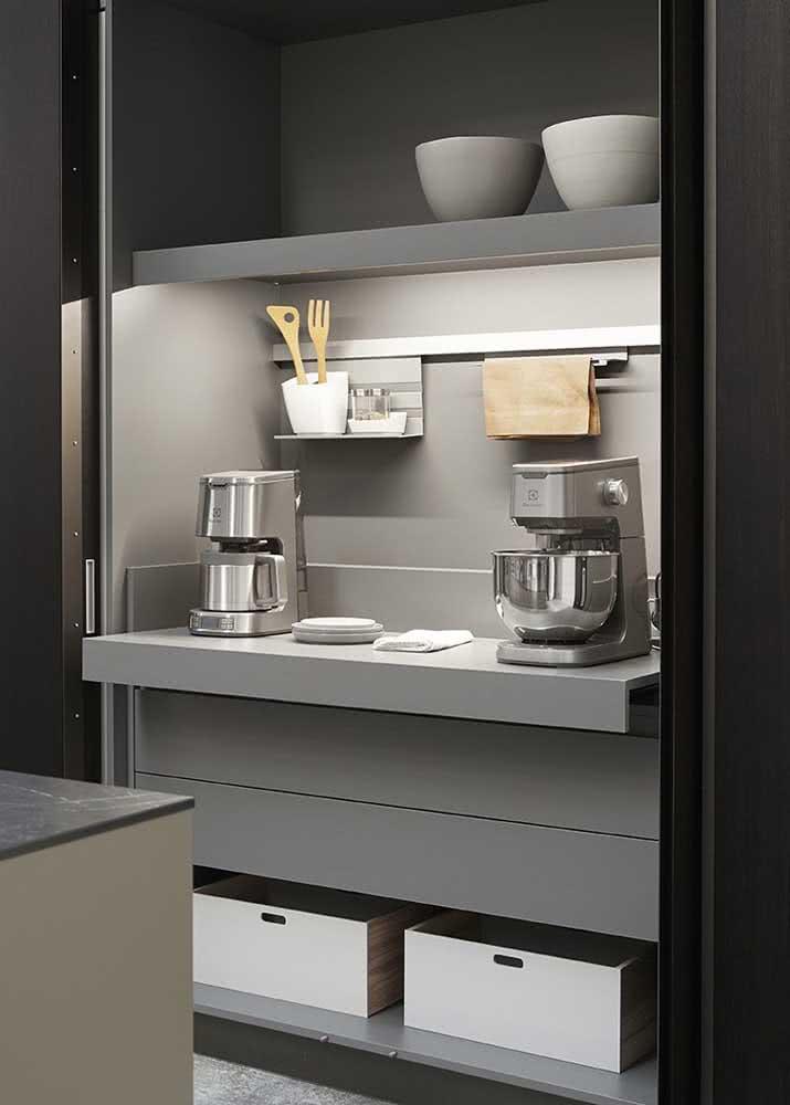 Armário de cozinha planejado com compartimentos inteligentes