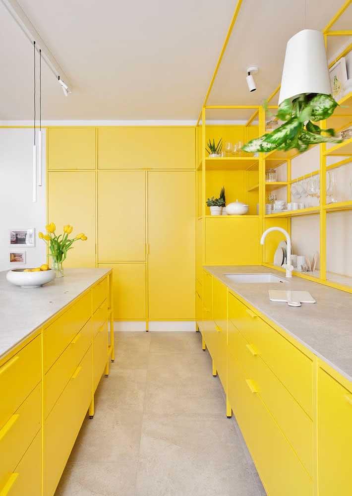 Luminoso e alegre, o armário de cozinha amarelo aquece o ambiente