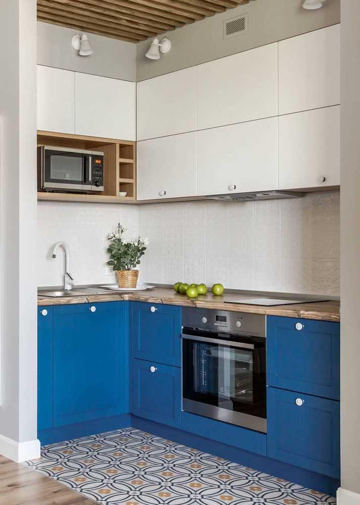 Uma inspiração de armário de cozinha em L pequeno pra lá de charmoso